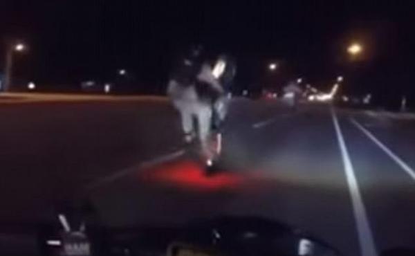 美男子夜间骑摩托玩前轮离地失败翻倒在地火花四溅