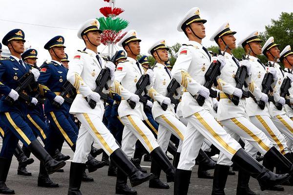 白俄罗斯举行盛大阅兵庆祝独立日 解放军仪仗队参加