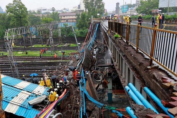 印度孟买一座人行天桥因暴雨坍塌 至少2人受伤