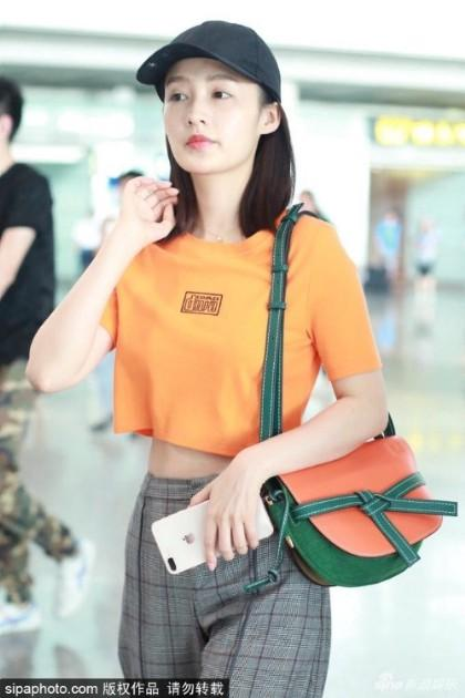 李沁现身首都机场 身材瘦削星范儿十足