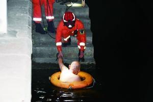 消防深夜救起溺水老人
