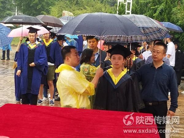 西安工业大学老师给学生打伞网友:撑起一片天