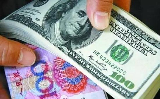 储户淡定面对人民币汇率罕见连贬 未出现扎堆换汇情况