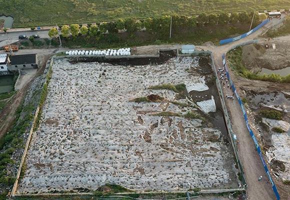 江苏泰兴数万吨化工废料和污泥堆放长江边