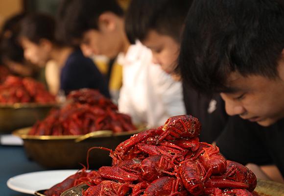 企业50万年薪招品虾师 要求3秒剥虾5斤起吃!
