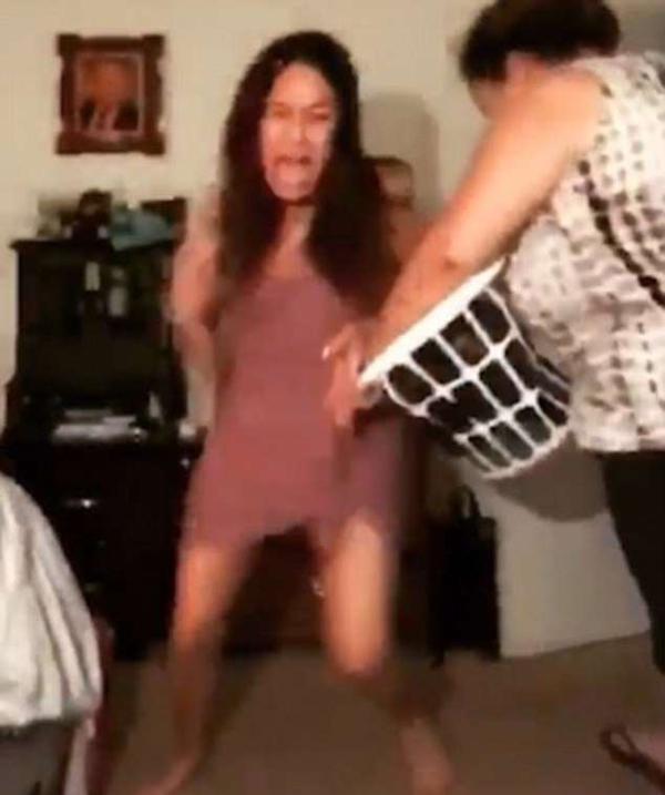 西班牙两女孩性感热舞遭母亲用拖鞋一顿暴打