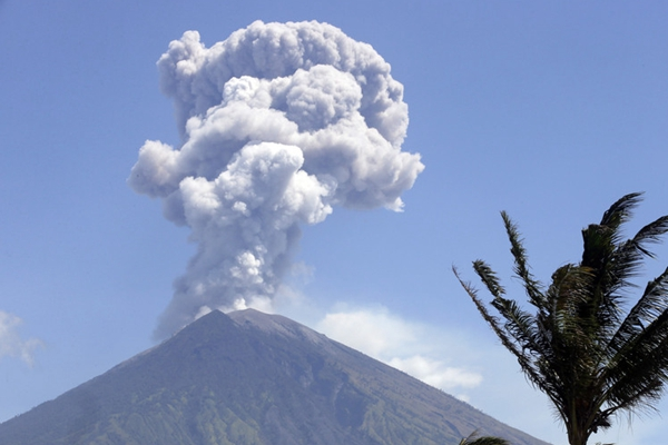 巴厘岛阿贡火山持续喷发 火山灰翻腾成蘑菇云