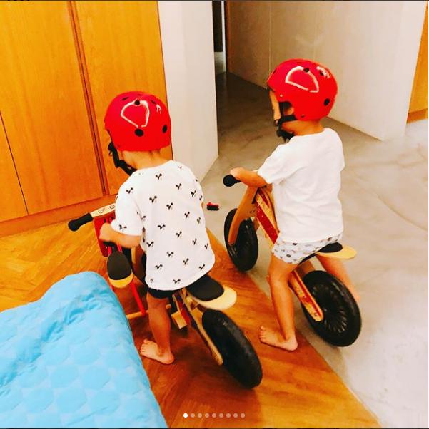 """组图:范玮琪晒儿子玩耍照片 飞飞翔翔室内兴奋""""飙车"""""""