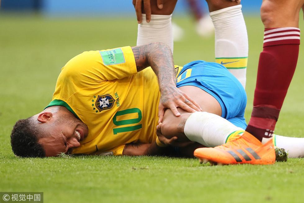 马拉多纳:内马尔被踩让我想哭 但他打滚又让我想笑