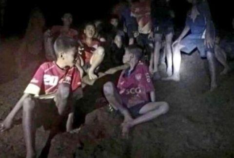 大雨将至 泰搜救队争分夺秒救援受困少年足球队