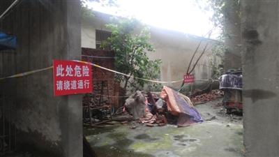 小区保安被电倒 墙倒居民被砸身亡