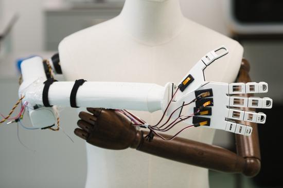 科学家研发新型人造智能皮肤 机器人也将有触感