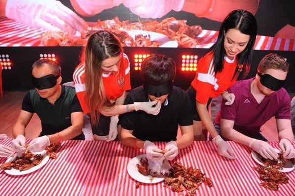 中国10万只小龙虾出征俄罗斯后,服务员比赛喂顾客试吃