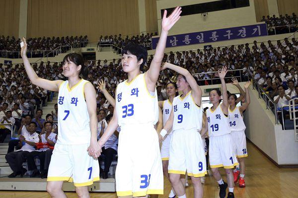 韩朝统一篮球赛开幕 双方队员手拉手入场