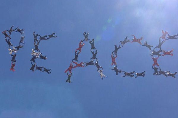 """传递积极能量!48名跳伞爱好者高空摆出""""和平""""字样"""