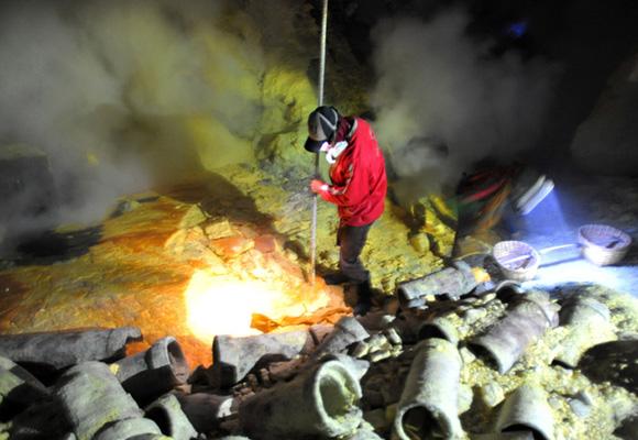 硫磺矿工在火山口讨生活 炽热蒸汽弥漫