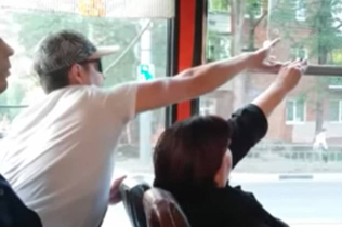 俄两乘客因开关巴士车窗意见不合展开无声对决