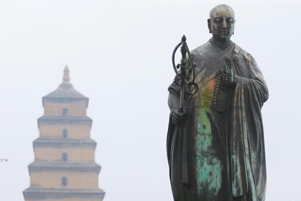 西安连日降雨 大雁塔玄奘雕像现大面积铜锈