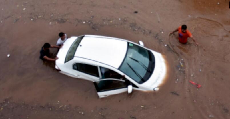 雨季来临 印媒提醒路段有水时安全驾车小知识