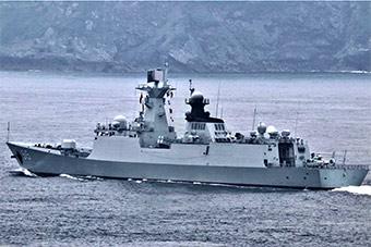 054A滨州舰大雨中技术停靠法国布雷斯特港