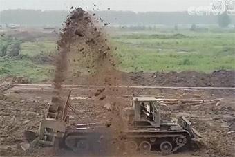中国新型战壕挖掘机亮相:几分钟挖好战壕