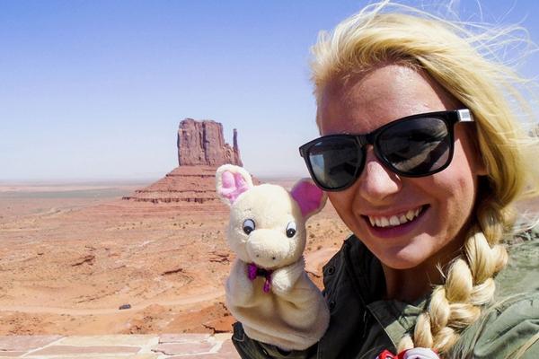 捷克姑娘带儿时玩偶猪看世界 相伴27年足迹遍布40国