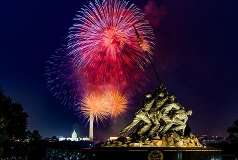 美国独立日上演震撼烟花秀 流光四溢璀璨唯美