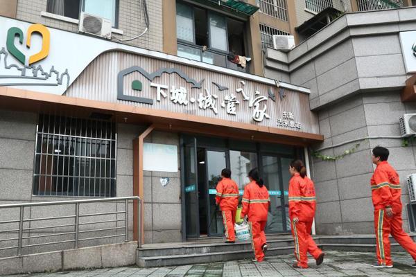 杭州户外工作者城管驿站享清凉