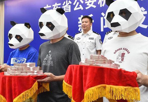 广东民众举报黑恶犯罪 戴大熊猫面罩领奖励金
