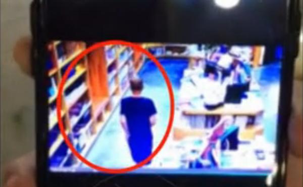 男子带娃去书店偷走标价上万茶壶 左右开弓几秒搞定