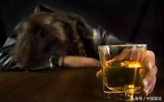 男子饮酒过量死亡 同桌9人未劝阻赔了61万