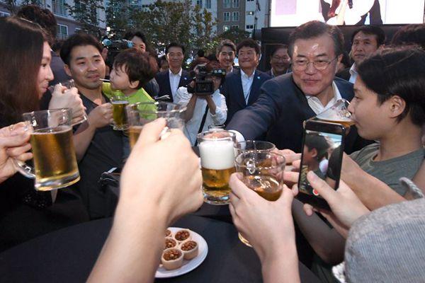 文在寅出席公开活动,与民众一起把酒畅饮