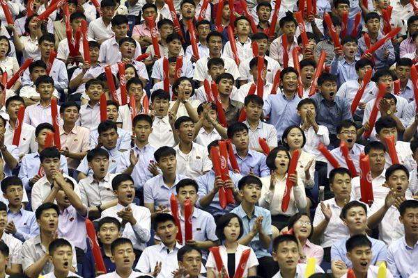 韩朝统一篮球赛继续进行 平壤市民现场呐喊助威