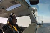 行员驾驶飞机表演空中翻转 杯中水一滴未洒