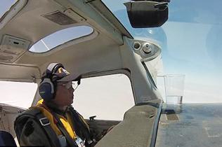 飞行员驾飞机表演空中翻转 杯中水一滴未洒