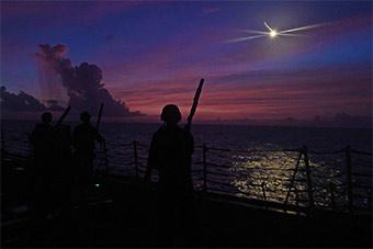 美国又不安分了:航母进驻西太驱逐舰潜入南海