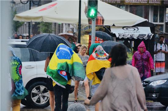 """世界杯""""路边摄"""":喀山雨中街景"""
