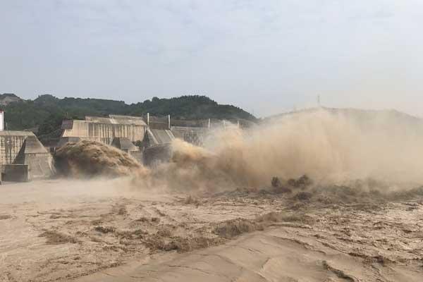 河南洛阳:黄河之水天上来 小浪底水库泄洪引人围观