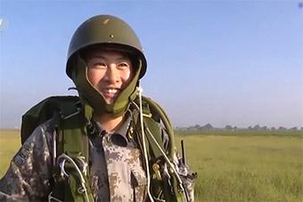 特战部队医疗女兵跳伞后:终于像个特种兵了!