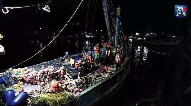 当地时间12:15分,又一名失踪人员被救运送上岸,通过使馆人员与其通话,确认是中国人,正送往医院救治。这是今天搜救到的第三名失踪者,截至目前救起中国游客人数上升为78人。(央视记者 骆魏)   文化和旅游部全力处置泰国普吉岛游船倾覆事故   来自文化和旅游部最新消息,泰国普吉岛游船倾覆事故发生当晚,文化和旅游部第一时间启动应急机制,要求驻泰国旅游办事处了解事故情况,全力配合驻泰使领馆做好相关工作,要求业务司局全面排查核实涉事游客等信息,指导督促相关省市旅游部门做好善后处置等工作。据初步了解,涉事中国