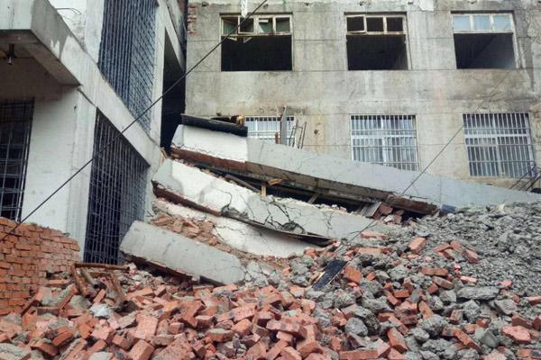 陕西商洛5层楼一个月建成 刚封顶就坍塌