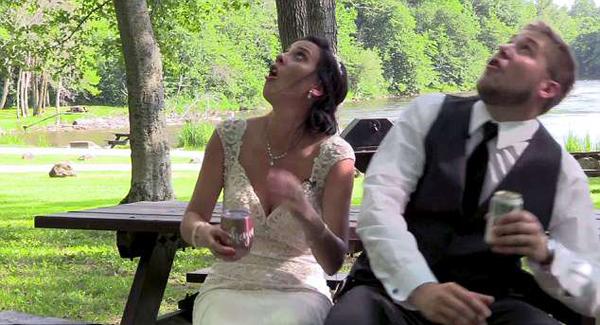 头顶树枝忽然断裂美新婚夫妇及时逃离险被砸