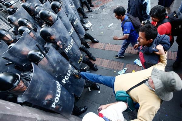 厄瓜多尔前总统被法院下逮捕令 支持者与警方陷冲突