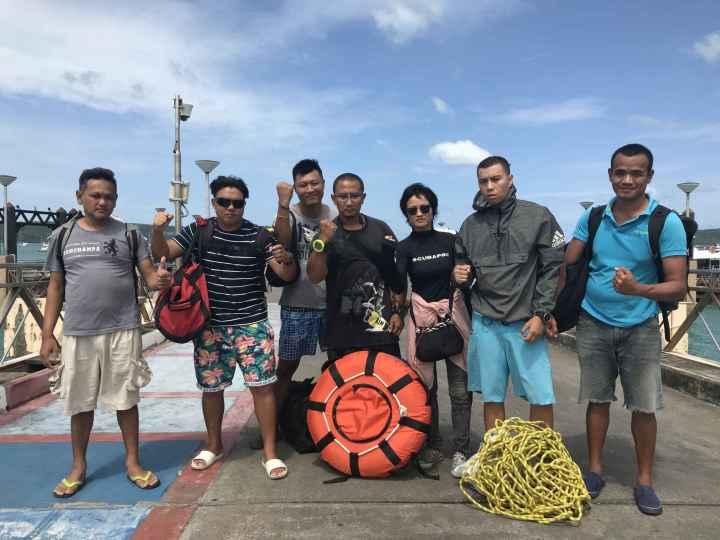 """普吉蓝海救援队队员    【环球网报道 记者 丁洁芸】5日下午,两艘载有127名中国游客的游船在泰国普吉岛附近海域突遇特大暴风雨发生倾覆事故。这一事故牵动了中泰两国的心。6日,泰国普吉岛一家由华人组成的民间救援队—普吉蓝海救援队闻讯参与救援。该救援队的成员""""牛仔""""向环球网记者介绍称,今日救援工作取得的最大的进展是实现了船只定位,并进行初步勘测。截止发稿时,""""牛仔""""传来信息,今日已有15名遇难者遗体被打捞上来,由不同打捞队伍完成。  普吉蓝海救援"""
