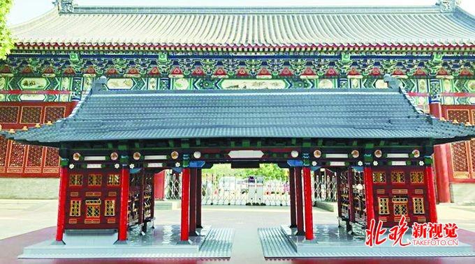 北京王府学校学生为母校献上毕业礼物 七千块乐高搭起学校大门