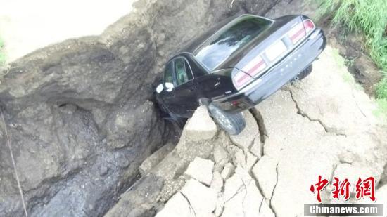 美国16岁司机误将裂缝当树枝 将车开进沟里