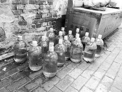 18瓶来源不明强硫酸摆在郑州街头,辖区派出所已介入调查