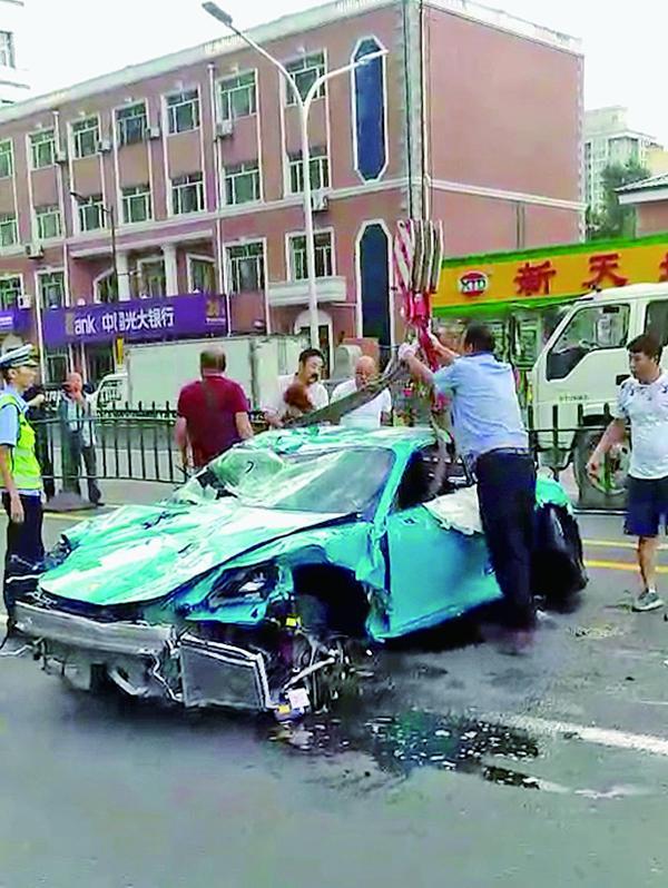 男子醉驾保时捷撞两出租车后翻车,路过的哥救出车内被困男子