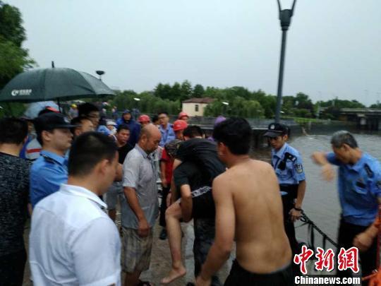 浙江义乌防洪堤塌方致工作人员落水 民警勇救3人
