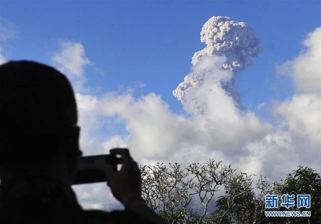 印尼阿贡火山持续喷发(图)